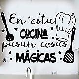 Docliick Frase Vinilo para cocina o restaurante'EN ESTA COCINA PASAN COSAS MÁGICAS' Pegatina pared frases decorativas DC-18018 (30x20cm)