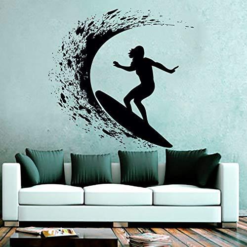Wild Goddess Challenges Angry Sea Surfing Deportes extremos Etiqueta de la pared Decoración de la sala de estar del artista Calcomanía de vinilo negro para la pared Un hermoso regalo para surfistas