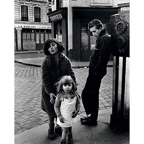 Draeger - Affiche Déco - Poster Artiste Robert Doisneau pour décorer Votre intérieur - Photo Noir Et Blanc en Papier satimat 350g - 24 x 30 cm (Les Enfants de la Place Hebert)