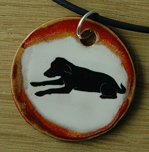 Echtes Kunsthandwerk: Schöner Keramik Anhänger mit einem Labrador; Hund, Silhouette, Hund, Canis lupus familiaris, Vierbeiner, bester Freund des Menschen