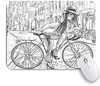 NINEHASA 可愛いマウスパッド 通りの大ざっぱなイラストで彼女の自転車にガムを噛むとんでもない若い女性の自転車 ノンスリップゴムバッキングコンピューターマウスパッドノートブックマウスマット