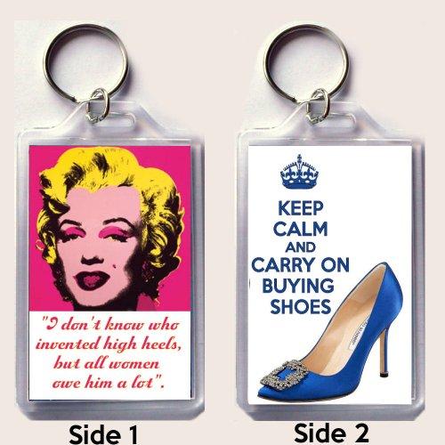 """Eine große Schlüsselanhänger mit der kultige Andy Warhol Bild von Marilyn Monroe mit Zitat \""""Ich weiß nicht, wer High Heels, aber alle Frauen sind ihm zu viel\"""" und Keep Calm and Carry On Buying Shoes Gedruckt Auf ein Bild von einem Manolo Blahnik \""""Something Blue\"""" Schuh wie in Sex und the City auf der Rückseite Seite getragen."""