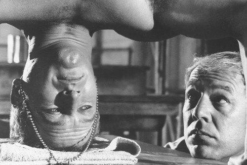Paul Newman y George Kennedy en Cool Hand Luke de pie en su cabeza desnuda