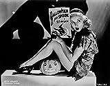 ベティ グラブル 座った箱に膝が曲がった状態で本を保持するショートドレスとショートヒール付きブラックショートシューズ写真プリント (10 x 8)