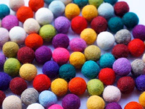 """Colección llena de color de 100 bolas de fieltro """"Wonder Mix"""" de 2,2 cm de grosor, hechas de pura lana merino para elaborar guirnaldas, móviles y macetas, o solo para decoración."""