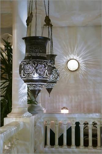 Póster 61 x 91 cm: Rick's Cafe in Casablanca de Walter Bibikow/Danita Delimont - impresión artística, Nuevo póster artístico