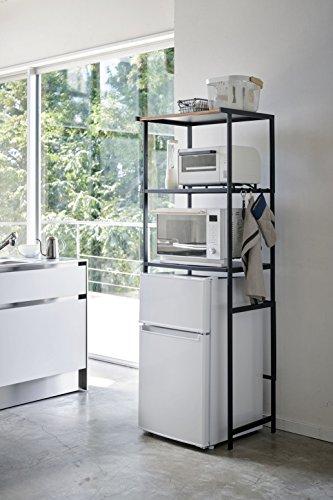 冷蔵庫が大型でないのなら、こんなラックを設置して上の空間を有効活用するのも手です。棚の高さは自由に動かせるから、家電もスッキリ収まります。