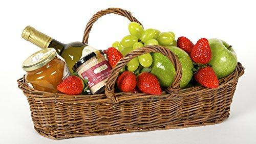 Cesta de Frutas Para ella, con fruta tropical y mediterránea, botella de vino, mermelada y mousse de oca trufada en conserva, sobre una cesta de mimbre