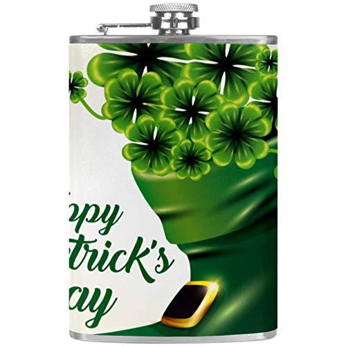 Petaca plana y embudo de acero inoxidable para whisky, tréboles verdes en el interior del maletero del día de San Patricio