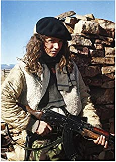 Red Dawn (1984) 8 Inch x 10 Inch Photo Lea Thompson Holding Gun Wearing Beret kn
