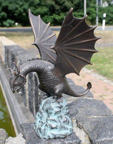Unbekannt Bronzeskulptur Drache auf Felsbrocken - Wasserspeier für den Garten - 19x22x19 cm