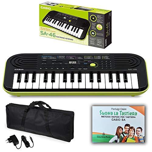 """Kit Pianola Tastiera Casio SA46-32 Mini tasti (Fondo Verde) con Borsa ffalstaff con Maniglie per un Comodo Trasporto, Alimentatore e Libro - Metodo Rapido""""Suona la Tastiera Casio SA"""""""