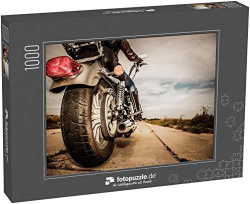 fotopuzzle.de Puzzle 1000 Teile Biker-Mädchen, das auf einem Motorrad fährt Untenansicht der Beine in Lederstiefeln Konzentrieren Sie Sich auf das Hinterrad (1000, 200 oder 2000 Teile)