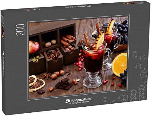 fotopuzzle.de Puzzle 200 Teile Weihnachtsglühwein mit Apfel, Preiselbeere, Orange, Gewürzen und Schokolade auf einem Holztisch