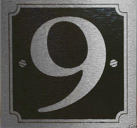 eCobbler Stick sur numéro de porte 9 avec fond noir