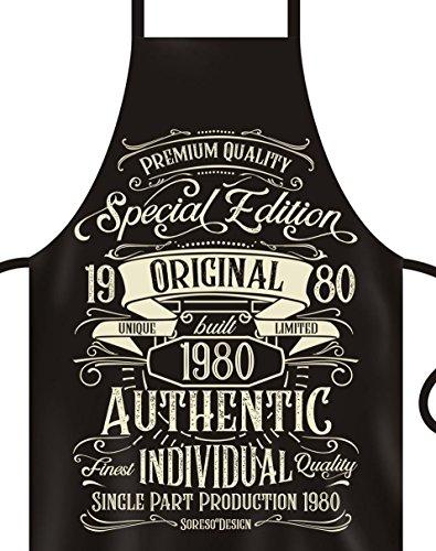 Soreso Design Schürze + Urkunde : Special Edition 1980 : Geschenk 40. Geburtstag : Grillschürze Kochschürze für Männer & Frauen Farbe: schwarz