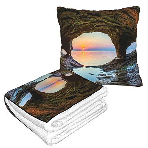 KIMDFACE Manta de Viaje súper Suave,Decoraciones de Cuevas Naturales Vista del Horizonte de Fairy Mossy Invisible Gran gruta Junto al mar hasta Rocas Foto Verde Azul,Manta Plegable,Almohada cómoda