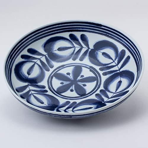北欧風なおおらかさも感じられる「廻り花紋」のデザインは食卓を華やかに演出してくれます。メインの大皿として使うのにも便利です。直径24.5cm、高さ5.5cm。波佐見焼。
