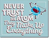 彼らはすべてを構成する原子を決して信用しないブリキのサインヴィンテージ面白い生き物鉄の絵金属板人格ノベルティ