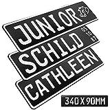 1 Stück Kennzeichen Junior-Schild 34cm x 9cm Bohrung Farbwahl Wunschtext Wunschprägung Muster Datum Namenskennzeichen Bohrung / Saugnäpfen Namensschild Bobbycar Kettcar FUN Schild in Schwarz glanz