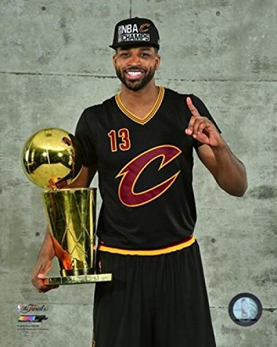 Tristan Thompson with The NBA Championship Trophy Game 7 of The 2016 NBA Finals Photo Print (20,32 x 25,40 cm)
