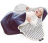 Wallaboo Einschlagdecke Coco, Universal für Babyschale, Autositz, zB. Für Maxi-Cosi, Römer, für Kinderwagen, Buggy oder Babybett,  100% Baumwolle, 90 x 70 cm, Farbe: Blau - Blau Gestreift