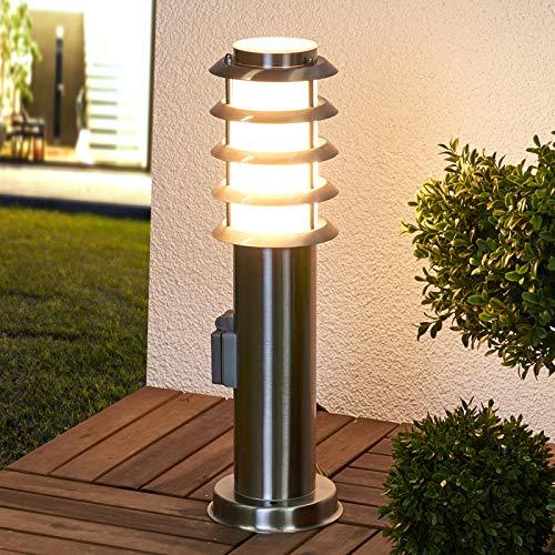 Lindby Edelstahl Sockelleuchte/Wegeleuchte außen mit integrierter Steckdose | Höhe: 45 cm | Sockellampe Garten IP44 | Wegebeleuchtung modern | Aussenleuchte