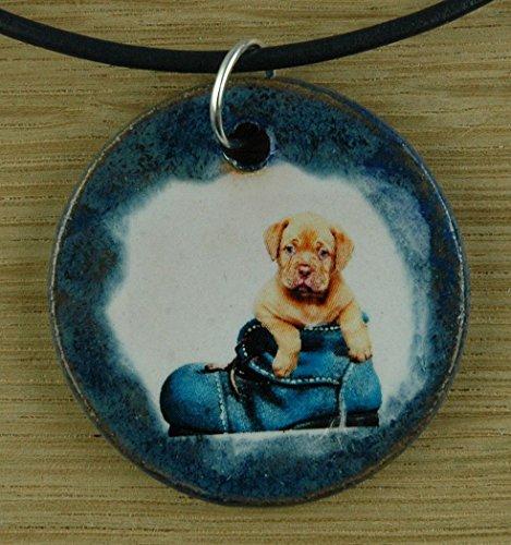 Echtes Kunsthandwerk: Hübscher Keramik Anhänger mit einem süßen Welpen; Hund, Canis lupus familiaris, Vierbeiner, bester Freund des Menschen, Fellnase