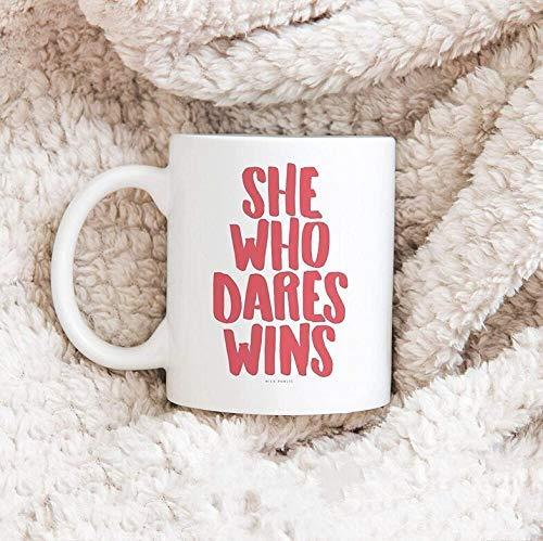 Ella que se atreve gana Taza de café Taza inspiradora Regalo de Navidad Taza de cerámica
