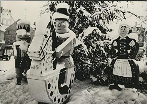 Olbernhau. Stadt im Erzgebirge. Seltene AK s/w. Lebensgroße Holzfiguren wahrscheinlich auf winterlichem Markt. Schaukelpferd mit Reiter, Nußknacker, Bauersfrau