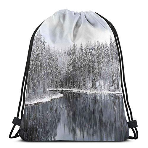 Hangdachang See, umgeben von schneebedeckten Bäumen an einem kalten Wintertag in Finnland-Reflexionen, verstellbarer Kordelverschluss, bedruckter Kordelzug, Rucksäcke, Taschen