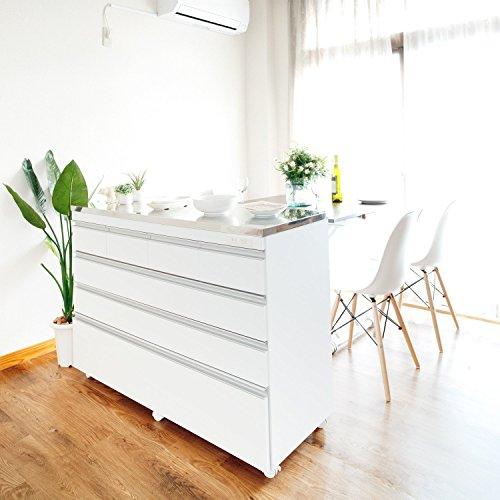 部屋の中央に置いてカウンターとしてキッチンとリビングスペースを区切ることができるのも、ロータイプならではの魅力。キャスター付きを選ぶと、ライフスタイルの変化によって移動しやすいのでおすすめです。