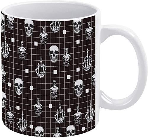 Taza de café vintage con diseño de calavera y huesos de esqueleto con botella de vino y fondo geométrico