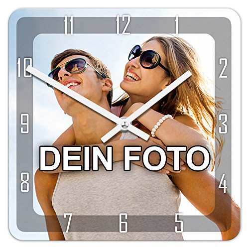 PhotoFancy® - Uhr mit Foto Bedrucken - Quadratische Fotouhr aus Kunststoff - Wanduhr mit eigenem Motiv selbst gestalten (26 x 26 cm, Design: Klassisch schwarz/Zeiger: weiß)