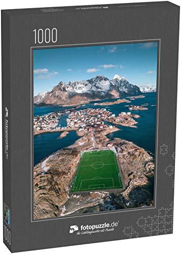fotopuzzle.de Puzzle 1000 Teile Unglaubliches Fußballfeld umgeben von Wasser, Meer und Bergen, Henningsvaer, Lofoten, Norwegen (1000, 200 oder 2000 Teile)