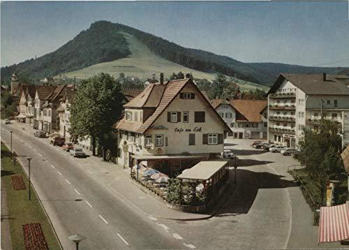 Luftkurort und Wintersportplatz Baiersbronn im Schwarzwald. Seltene AK farbig. Teilansicht des Ortes, Straßenpartie, Cafe am Eck mit Terrasse und Sonnenschirmen, Autos