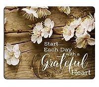 素朴な木の上のマウスパッドのキリスト教の聖書の詩の聖書の感動的な引用、感謝の心、桃の花で毎日を始める