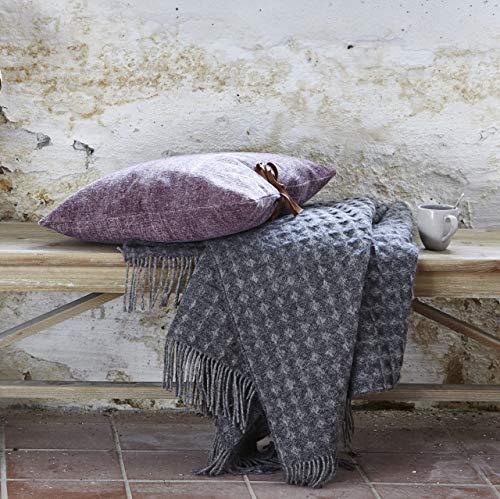 Lene Bjerre Large Darline Charcoal Throw, een prachtige lichte worp die perfect verspreid over het bed zou zijn. 170 x 130 cm