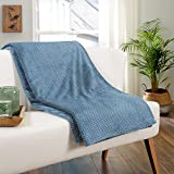 Delindo Lifestyle® Kuscheldecke Milano blau, Mikrofaser Fleece-Decke, 220x240 cm XXL, Bettüberwurf maritim, flauschig weiche Wohndecke Tagesdecke für entspannte Abende