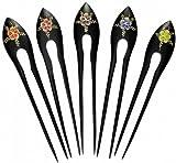 Una aguja de madera con adornos florales, accesorios para el cabello.