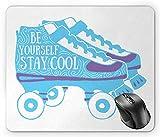 Alfombrilla de ratón Stay Cool, Be Yourself Stay Cool con tipografía sobre patines de rodillos de los años 90, tema azul cielo, blanco y azul violeta, 18 x 22 cm