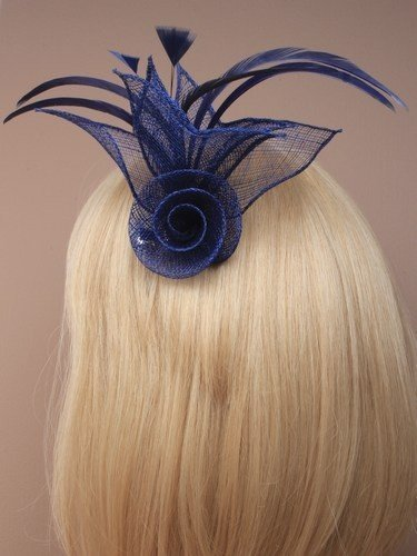 fascinador de malla de flores con plumas en un clip de pico y broche de alfiler. en azul marino/turquesa y real.