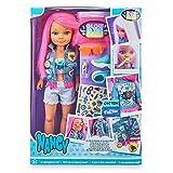 Nancy - Un día brillando en la oscuridad, Muñeca de pelo rosa y pintalabios que brillan en la oscuridad y accesorios personalizables para niñas y niños a partir de 3 años, Famosa, (700016637)