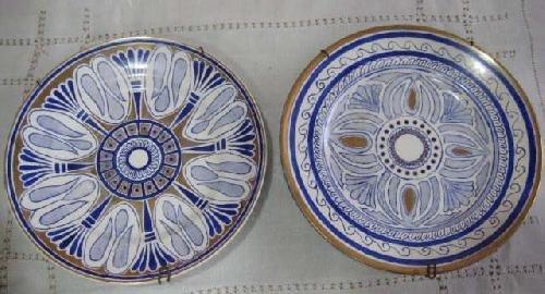 Antigua porcelana - Old Porcelaine : DOS PLATOS DECORADOS A MANO por María Moscardo. Dorados y azul cobalto.