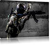 Soldat mit Uniform im Einsatz schwarz/weiß Format: 80x60