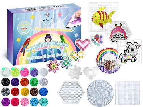 La Manuli Basteln Box - Bügelperlen Set mit 10.000 Perlen 5mm Beads Bastelset inkl. Steckplatten und Zubehör mit Transparent und Neon Perls - 20 Farben