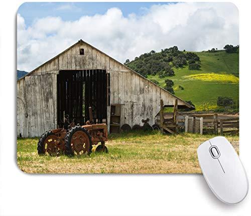 SUHOM Gaming Mouse Pad Rutschfeste Gummibasis,Alte Holzscheune des Bauernhauses mit verrostetem Traktor am Hang, umgeben von Holzzaun und Bäumen,für Computer Laptop Office...