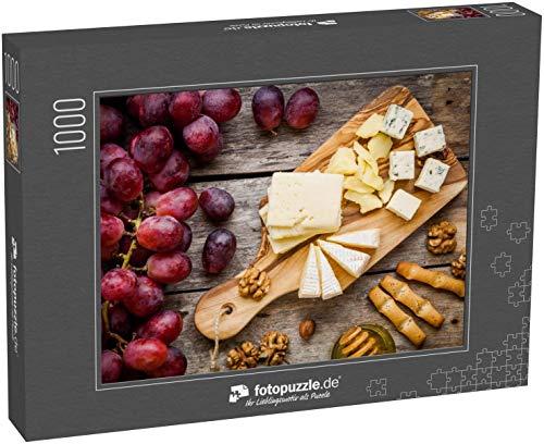 fotopuzzle.de Puzzle 1000 Teile Käseteller: Emmentaler, Camembert Käse, Blauschimmelkäse, Brotstangen, Walnüsse, Haselnüsse, Honig, Trauben auf Holztisch (1000, 200 oder 2000 Teile)
