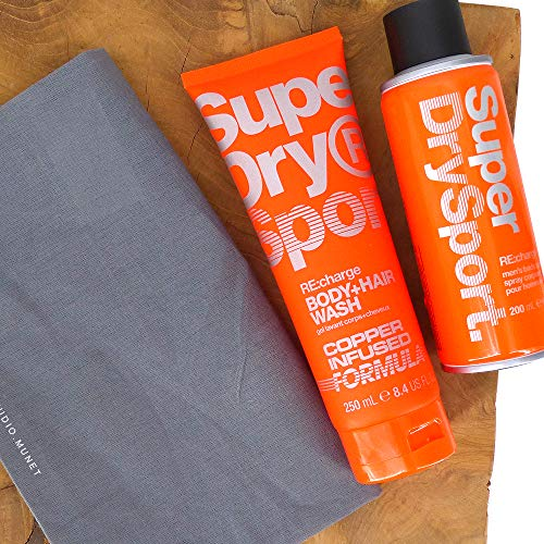 (100ml / 5,33) 3tlg. Set: 1x200ml SuperDry Sport RE:charge Männer Deospray Deodorant Body Spray & 1x250ml Sport RE:charge 2in1 Duschgel & Shampoo + Dustbag in Grau von STUDIO.MUNET