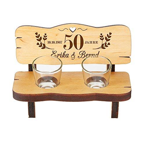 Casa Vivente Schnapsbank mit Zwei Gläsern – Personalisiert mit Wunschnamen und Datum – Geschenk zur Goldenen Hochzeit – Kleine Hochzeitsbank aus Erlenholz – Hochzeitsgeschenk für Paare
